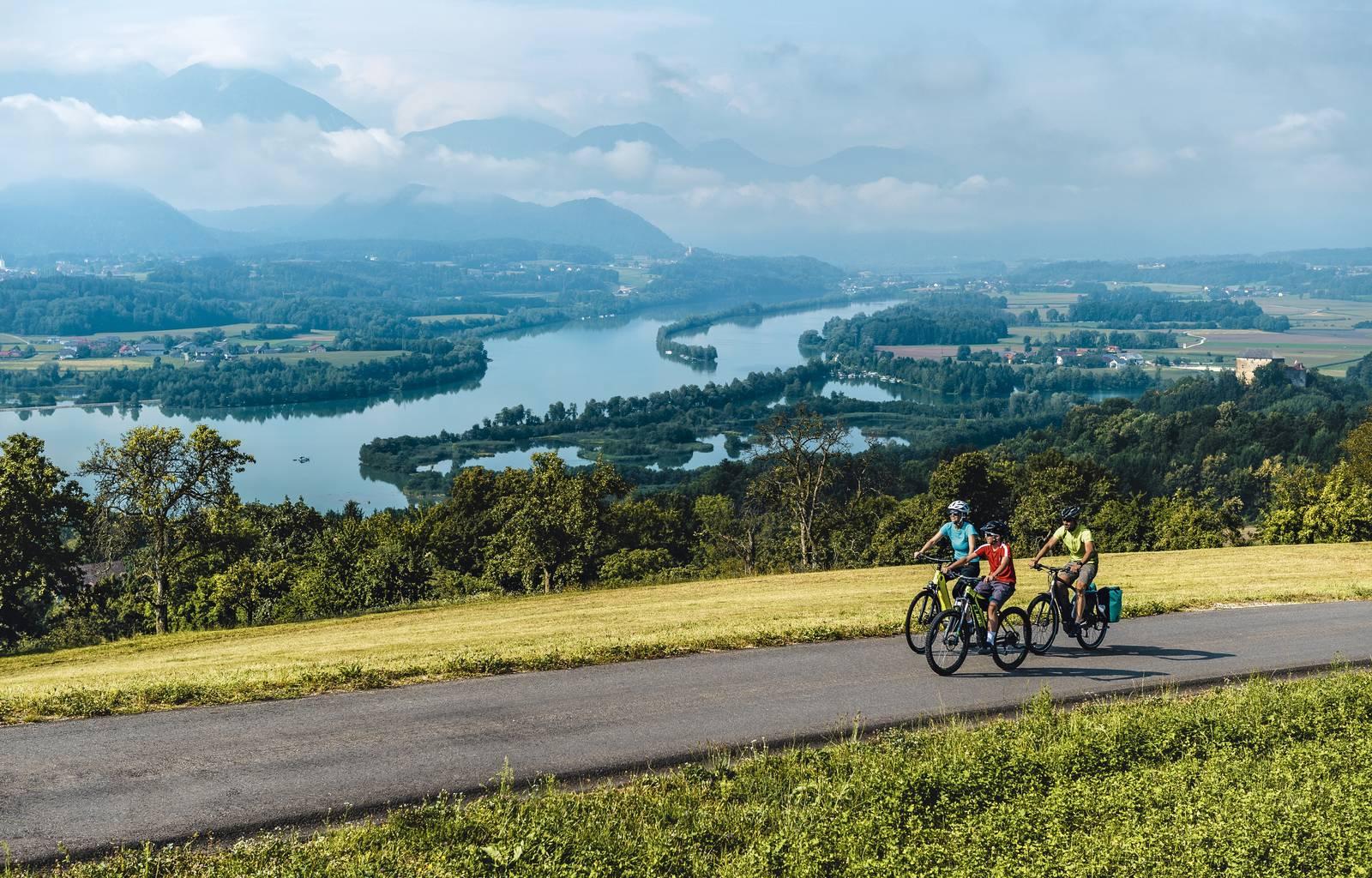 Radfahren an der Drau mit Karawankenblick